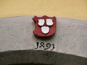 Das Wappen am Hauseingang mit der Jahreszahl 1493 zeigt die Zugehörigkeit zum Hause Weinsberg